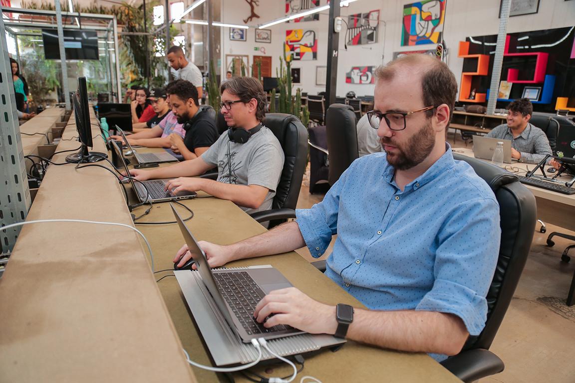 Funcionários trabalhando em estação compartilhada