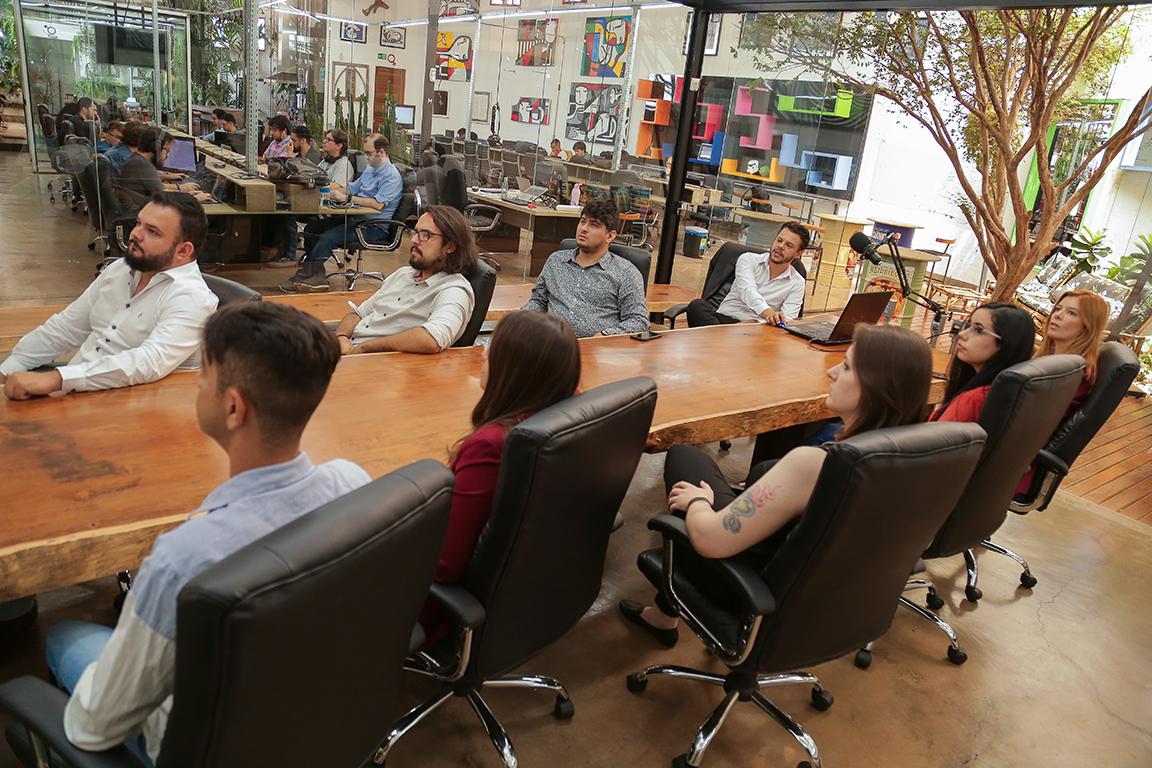 Equipe em reunião de alinhamento