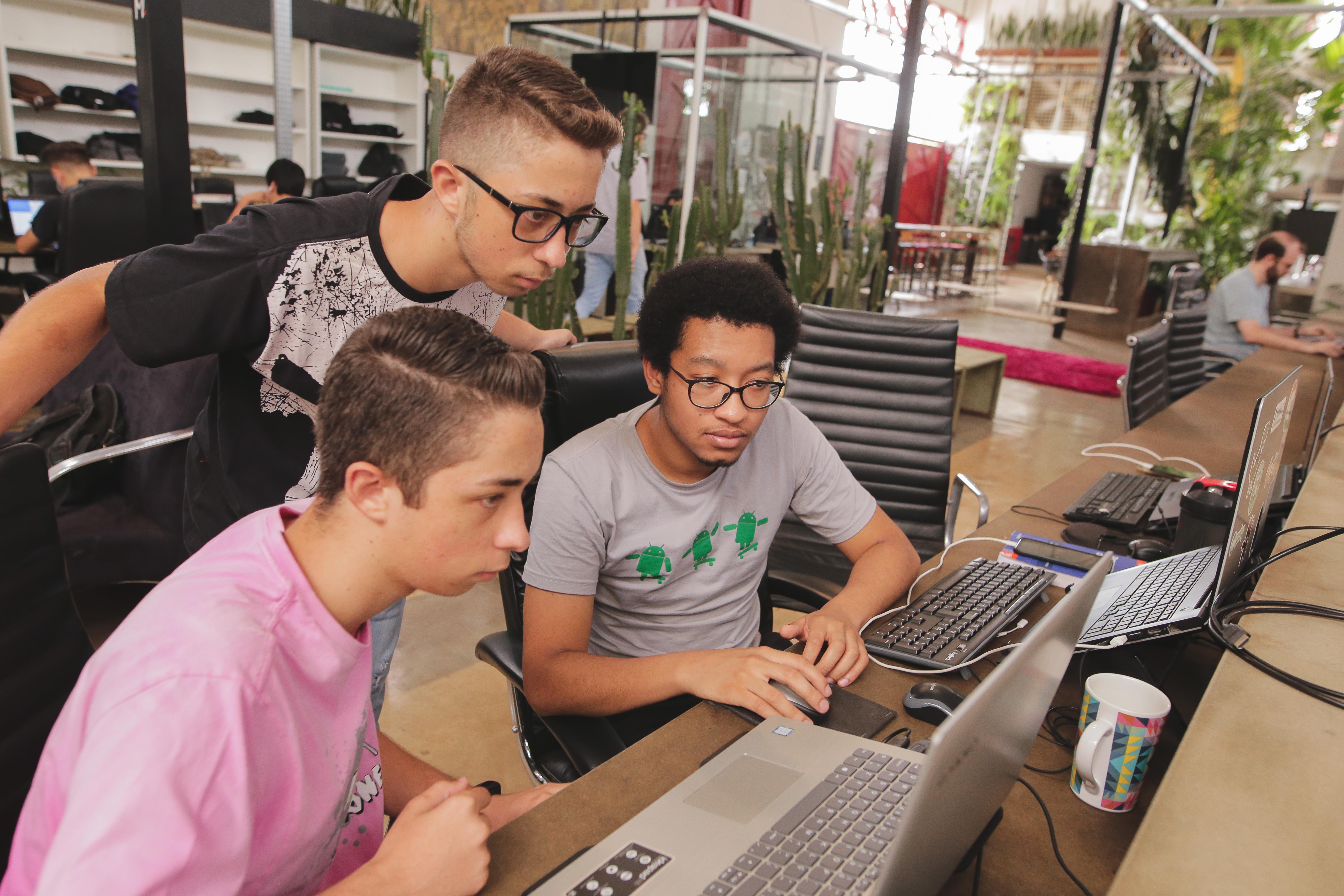 Profissionais da CroSoften trabalhando no desenvolvimento de aplicativos Android