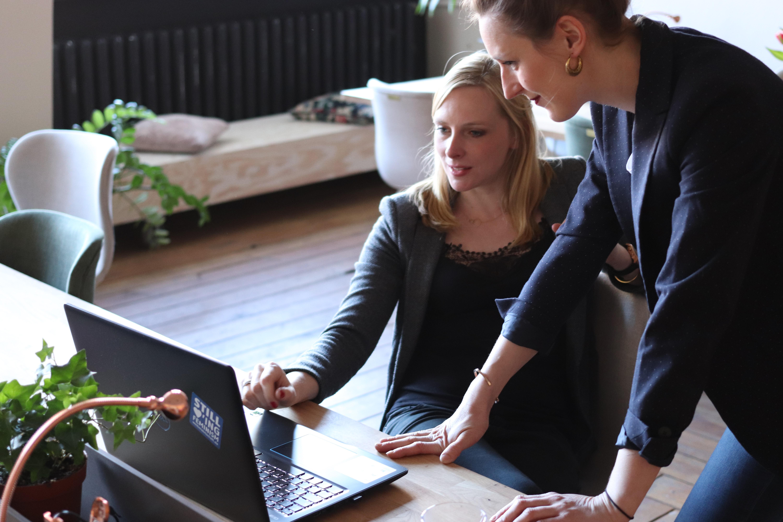 Na segunda imagem que ilustra o texto sobre Soluções para fortalecer a cultura empresarial, vemos duas gestoras analisando dados na tela do computador
